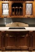 Stylová kuchyně s elegantní vintage stylu jímky
