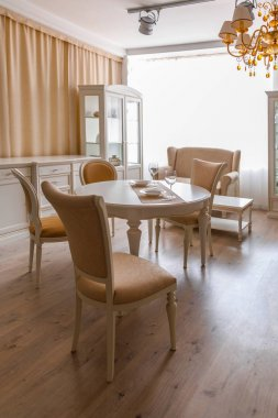 Dining room in light tones with table and chairs