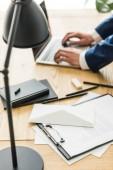 szelektív összpontosít üzletember hivatalban munkahelyen dolgozik laptop