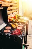 Fotografie Hamburger karbanátky a zelenina vařená venku na grilu