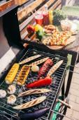 Kandalló a szabadban grill sült zöldségekkel