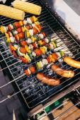 A szabadban grill zöldségekkel, nyárson sült kolbász