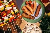Tabulka s párky a zeleninu s houbami grilu pro grilování venku