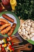 Horké lahůdkové párky a zeleninu s houbami vaří venku