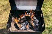 Venkovní gril s hořící dřevo na grilování
