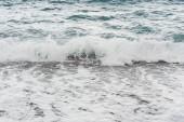 vlny šplouchají na mořském pobřeží v létě