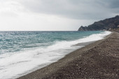 vlny šplouchání moře na písečné pláži v pobřeží