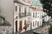 Fotografia piccole case vicino a alberi e piante in savoca, Italia