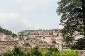 Photo small houses near green plants and trees in modica, italy
