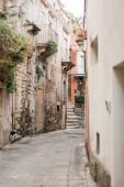 Fotografie selektivní zaměření úzké ulice v Raguse, Itálie