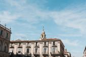 Catania, Itálie - 3. října 2019: hodinová věž katedrály sv. Agáty u starých budov