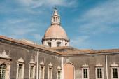 Catania, Itálie - 3. října 2019: sluneční svit na starobylé fasádě katedrály sv. Agáty v Itálii