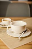 messa a fuoco selettiva del caffè caldo in tazze bianche