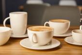 szelektív fókusz csészealjak fehér csésze finom kávé kávézóban