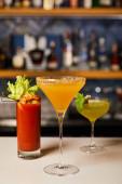 szelektív fókusz vegyes és friss koktélok poharakban a bárpultra