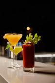 Selektiver Fokus auf kalte und gemischte Cocktails in Gläsern am Barstand