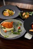 vynikající restaurace pokrmy na dřevěném stole