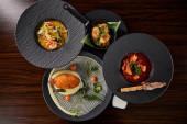vrchní pohled na lahodné restaurace pokrmy na dřevěném stole