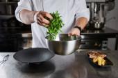 vágott kilátás séf főzés étel arugula, hús és burgonya a konyhában étteremben