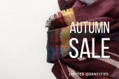 vrchní pohled na vínové vlněné kostkované šály na bílém pozadí s podzimní prodej ilustrace