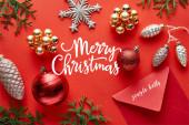 felső nézet fényes karácsonyi dekoráció, boríték és thuja piros háttér Merry Christmas illusztráció