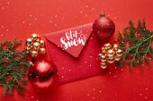 Fotografie Blick von oben auf glänzende Weihnachtsdekoration, Umschlag mit Schnee-Illustration und Thuja