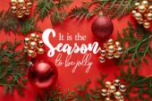 Fényképek felülnézet fényes karácsonyi dekoráció és thuja piros háttér vele az évszakban, hogy vidám betű