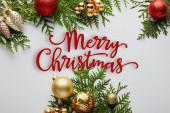 keret fényes arany és piros karácsonyi dekoráció zöld thuja ágak elszigetelt fehér Boldog karácsonyi illusztráció