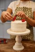 Vágott nézet a cukrász hozzá ribizli a tortán