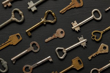 Seamless pattern with vintage rusty keys on black background stock vector