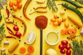 Fényképek Top view ökológiai zöldségek fűszerek és olívaolaj tálban sárga alapon