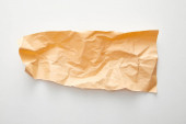 horní pohled na prázdný oranžový zmačkaný papír na bílém pozadí