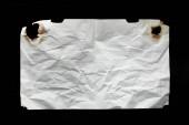 horní pohled na prázdný bílý zmačkaný a spálený vinobraní papír izolované na černé
