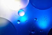abstraktní modrá barva pozadí ze smíšené vody a oleje
