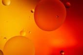 abstraktní makro oranžová a červená barva pozadí ze smíšené vody a oleje