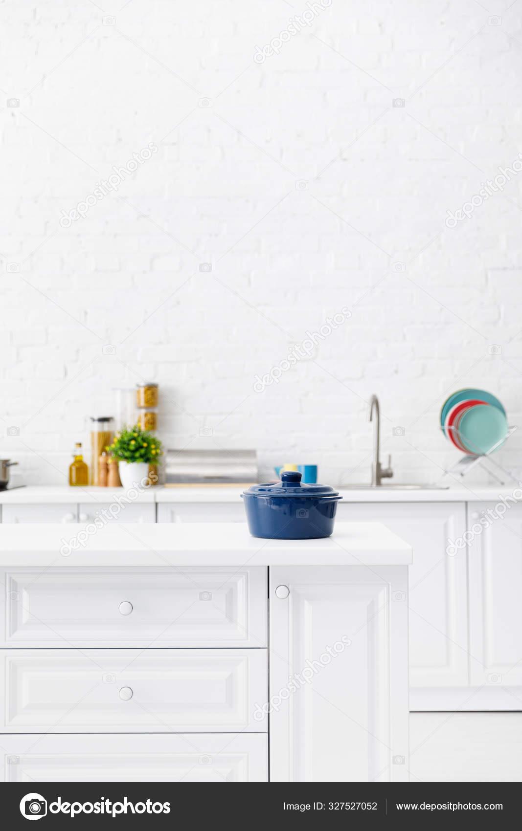 Selectieve Focus Van Blauwe Pot Minimalistische Moderne Witte Keuken Interieur Stockfoto Rechtenvrije Foto Door C Antonmatyukha 327527052