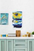 Fotografie moderne weiße und türkisfarbene Kücheneinrichtung mit Geschirr und abstrakten Gemälden an der Backsteinwand