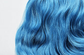 Detailní pohled na modré barvené vlasy izolované na bílém