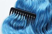 Felülnézeti fésű színes kék haj elszigetelt fehér