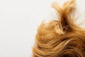 Ansicht von oben von braunen Haaren isoliert auf weiß