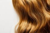 Horní pohled na hnědé vlasy izolované na bílém