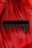 A fésű tetejére néző színes vörös haj