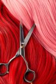 Top kilátás olló színes rózsaszín és vörös haj
