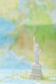 malá socha svobody na mapě USA s kolíky