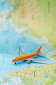 Selektiver Fokus des kleinen Flugzeugs auf der Weltkarte