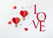 horní pohled na papírové srdce ve tvaru vzduchové balónky v mracích v blízkosti lásky je vše, co potřebujete písmo na bílém pozadí