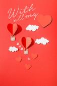 horní pohled na papírové srdce ve tvaru vzduchové balónky v mracích v blízkosti se všemi mými nápisy na červeném pozadí