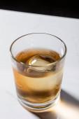 jégkocka üveg whiskyben fehér és fekete