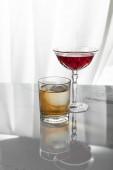vörösbor pohár whisky mellett, fehér