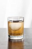 nedves üveg erős whiskey-vel és jégkocka fehér